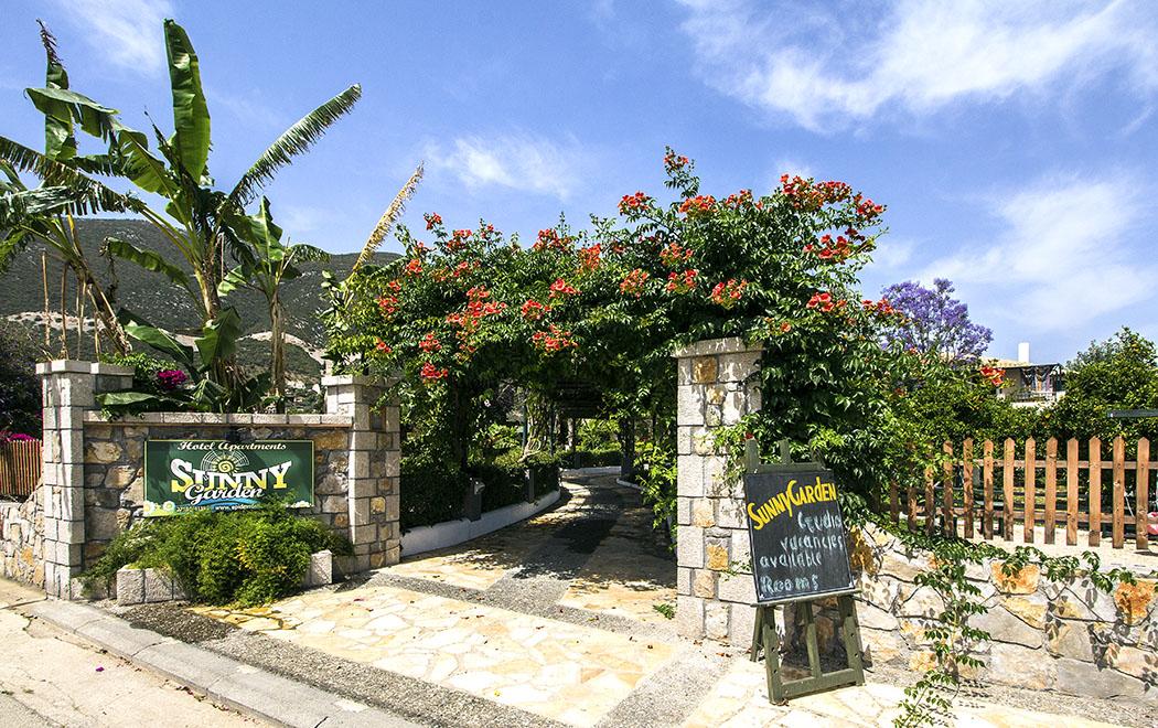 Der Haupteingang zum Sunny Garden Aparthotel.