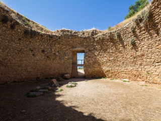 Die Grabkuppel wurde als Trockenmauerwerk aus grob behauenen Steinen errichtet, hat einen Durchmesser von 13 Metern und ursprünglich eine Höhe von 13 Metern.
