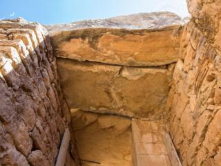Über dem 4,50 m hohen Eingangstor liegen große, fast unbehauene Decksteine.