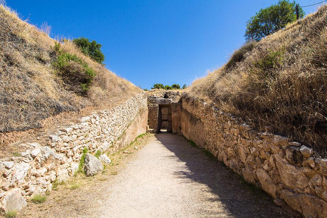 Mycenae Aegisthus grave argolis peloponnes greece Benannt wurde dieses Grab nach Aigisthos, dem Geliebten der Klytaimnestra. Es ist unwahrscheinlich, dass er hier begraben wurde. Pausanias berichtete, dass Klytaimnestra und Aigisthos wegen der Ermordung des Agamemnons nicht innerhalb der Stadtmauern begraben werden durften. Außerdem passt seine Datierung 1470 v. Chr. nicht zu den Geschehnissen um Agamemnon.