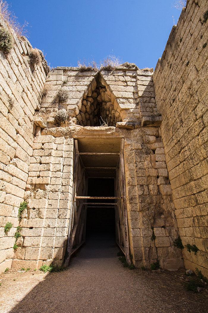 Der Eingang hat eine Höhe von 5,60 Metern, eine Breite von 2,50 Metern. Über dem Tor befindet sich ein Entlastungsdreieck, das die Last des Oberbaues auf die Seitenwände umleitet. Rechts und links des Eingangs standen Halbsäulen aus dunkelgrauem Alabaster. Die noch vorhandenen Säulenbasen zeigen noch Kanneluren. Mauerwerk und Entlastungsdreieck waren mit rotem und grünem Marmor verkleidet.