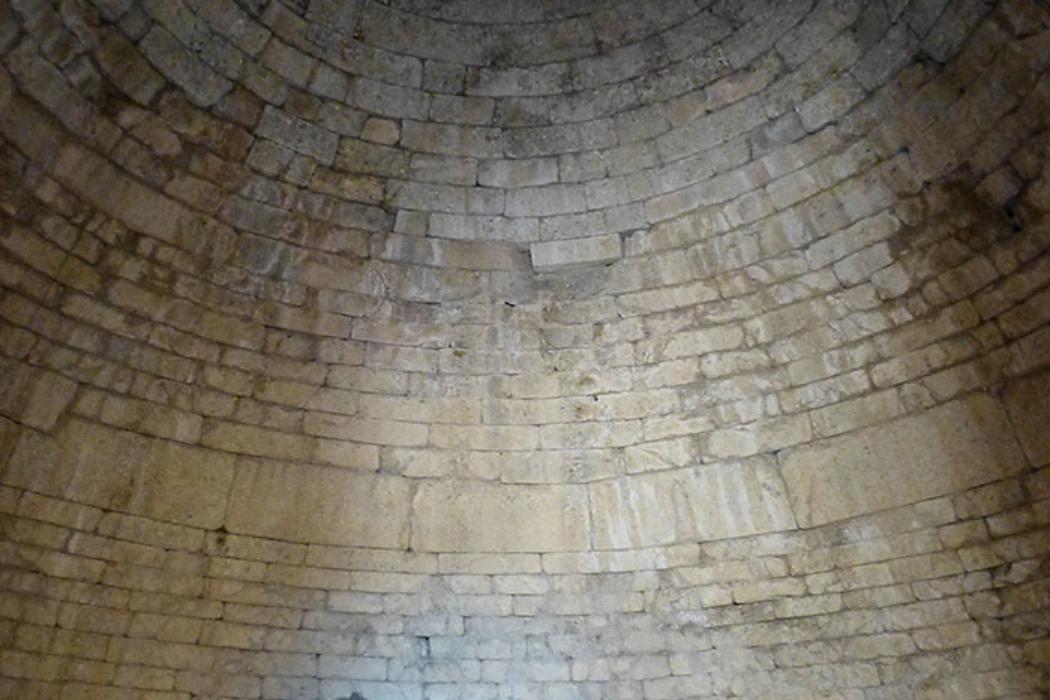 Die Kuppel ist fast 14 Meter hoch, da wirkt Monika ziemlich winzig.