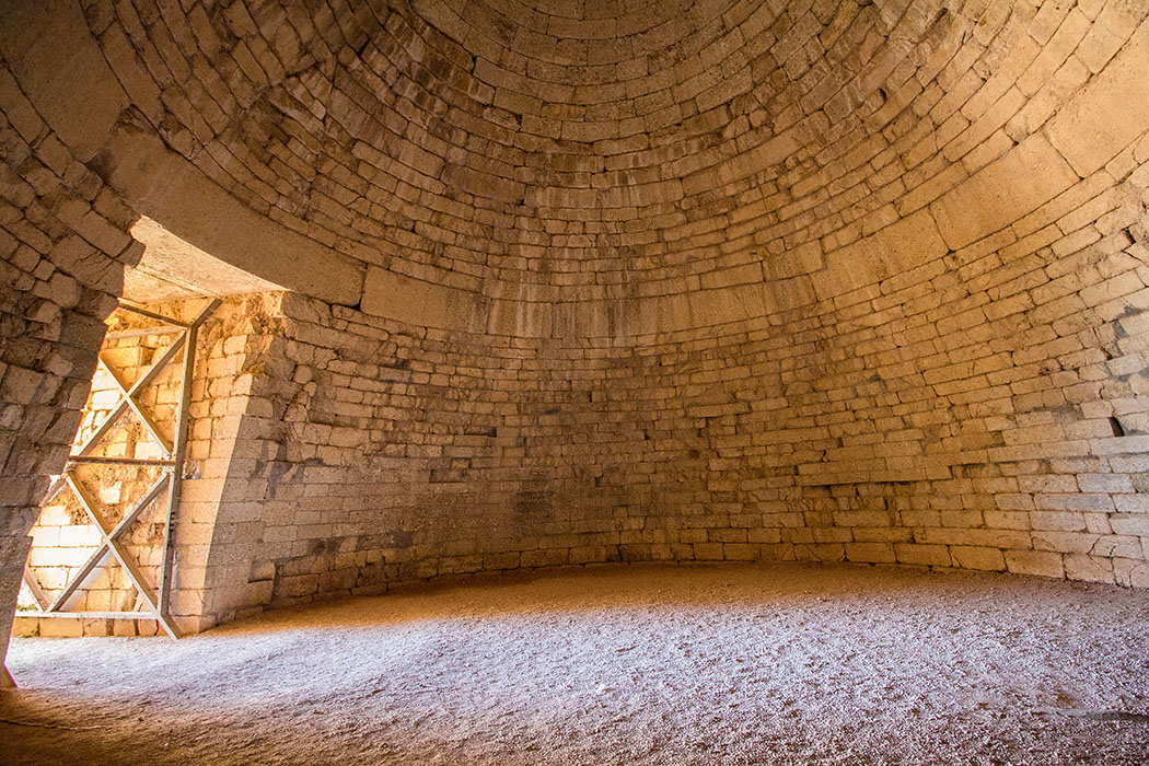 Die Grabkuppel hat einen Durchmesser von 13,50 x 13,50 Metern. Der Felsboden war mit Sand und Kalk bestreut. Etwa in der Mitte der Kuppel legte man einen Ablauf an, um eindringendes Wasser aus dem Grab zu entfernen. Hierfür hatte man eine Drainageleitung unter der Türschwelle und unter dem Dromos gegraben und mit Steinen abgedeckt.