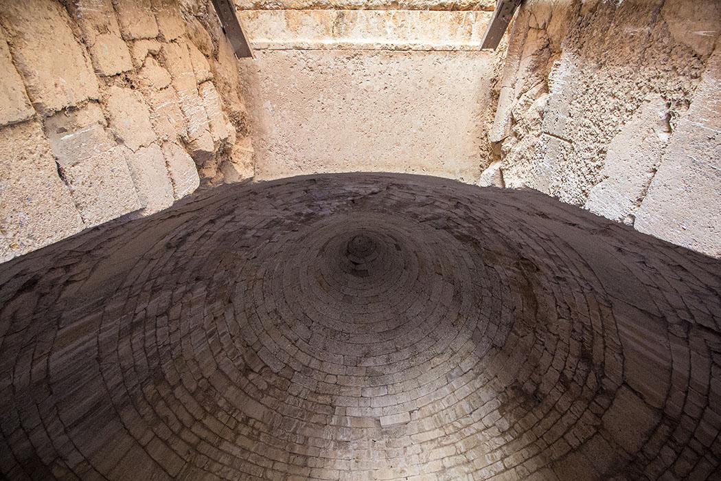 Ein steiler Blick nach oben bis in die Kuppel, im oberen Teil des Bildes sind noch der Deckstein des Eingangs zu sehen.