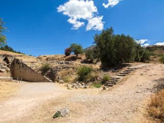 In hellenistischer Zeit war das Klytaimnestra-Grab in Vergessenheit geraten, denn im 3. Jahrhundert v. Chr. errichtete man ein Theater über dem Dromos, von dem neben dem Zugang Sitzreihen (Bildmitte) zu sehen sind.