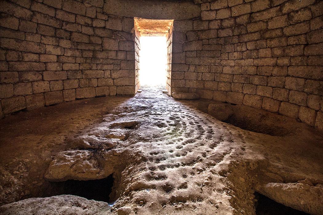 Grab der Genien: Drei große Grabgruben wurden im Boden ausgehoben und mit flachen Felsen abgedeckt. Die spiralförmigen Löcher im Lehmboden hat herabtropfendes Regenwasser verursacht.