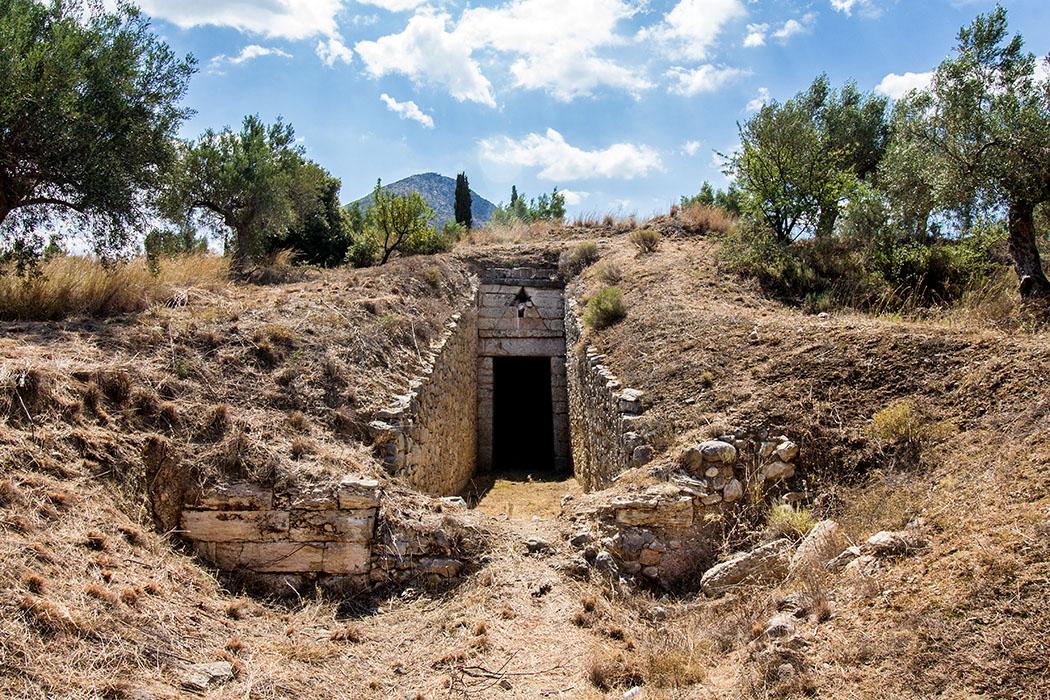 Mycenae Genii tholos tomb perfect tholos tomb 01 panagitsa hill argolis peloponnes greece Das Grab der Genien ist das am besten erhaltene der fünf Tholosgräber am Panagitsa-Hügel. Im Vordergrund sind noch gut die Reste der einstigen Sprerrmauer sichtbar.