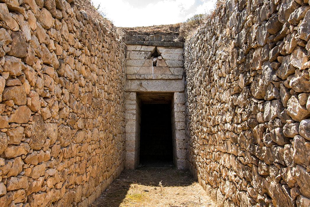 Das Grab der Genien wird auch Grab der Dämonen, oder Grab des Orestes genannt. Es ist wie das Atreus-Grab komplett erhalten und wird auf 1300 v. Chr. datiert.