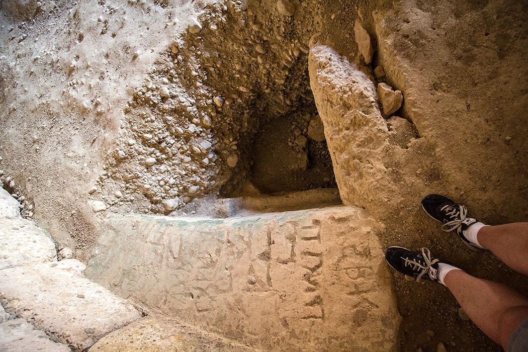 Grab der Genien: Interessant ist eine treppenartige und verputzte Konstruktion bei einem der Gräber. Graffiti-Künstler waren auch hier am Werk...