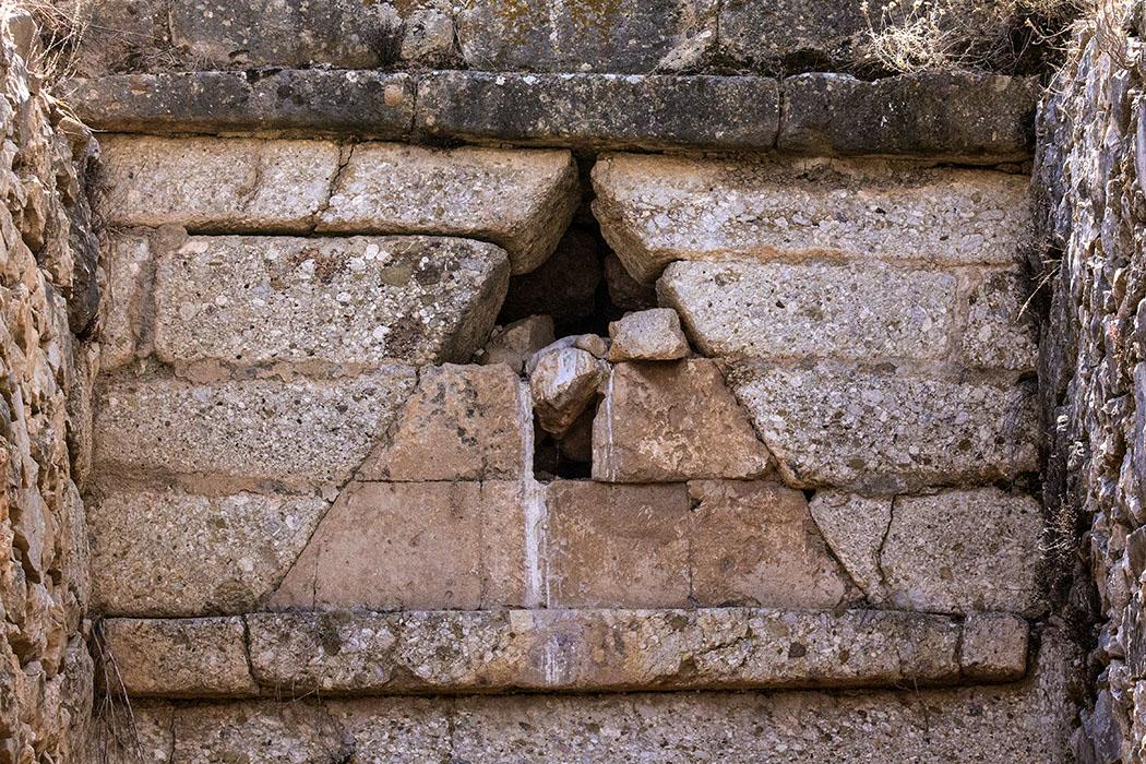 Grab der Genien: Die Verkleidung des Entlastungs-Dreiecks ist hervorragend erhalten geblieben.