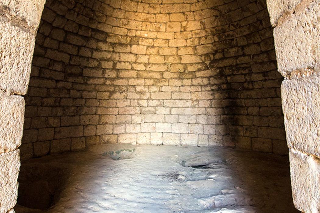 Im Grab der Genien wurden Verzierungen aus Glaspaste in Form von Genien (Schutzgeistern) entdeckt, die der Anlage den Namen gaben.