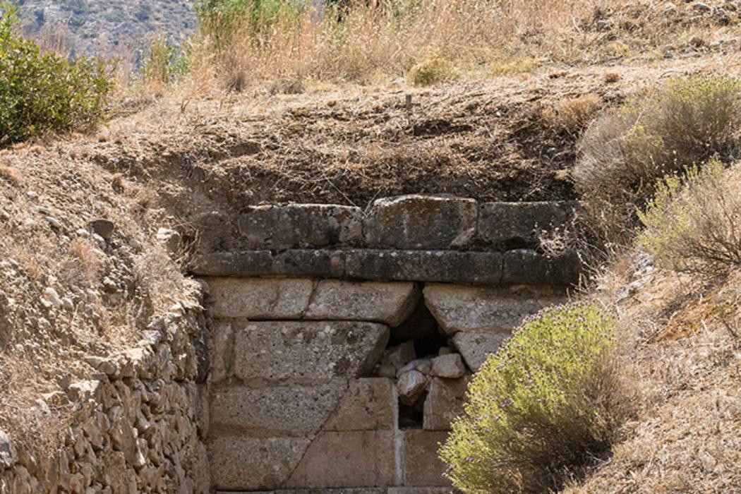 Grab der Genien: Ein letzter Blick zurück ... dahinter der Gipfel des Profitis Ilias.
