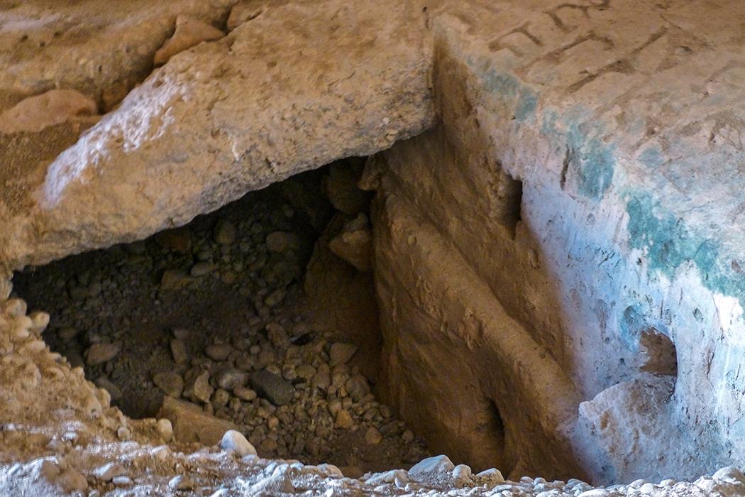 Grab der Genien: Zweiter Blickwinkel in das Grab hinunter. Seitlich sind tiefe Löcher in den Seitenwänden sichtbar. Vermutlich stützten einst Holzbalken die schweren Decksteine.