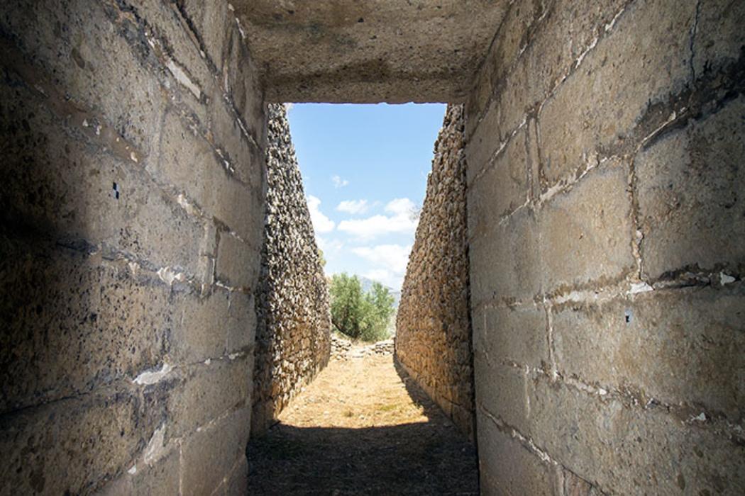 Blick aus dem Grab der Genien. Der Torgang (Stomion) wird von zwei großen Decksteinen überdacht.