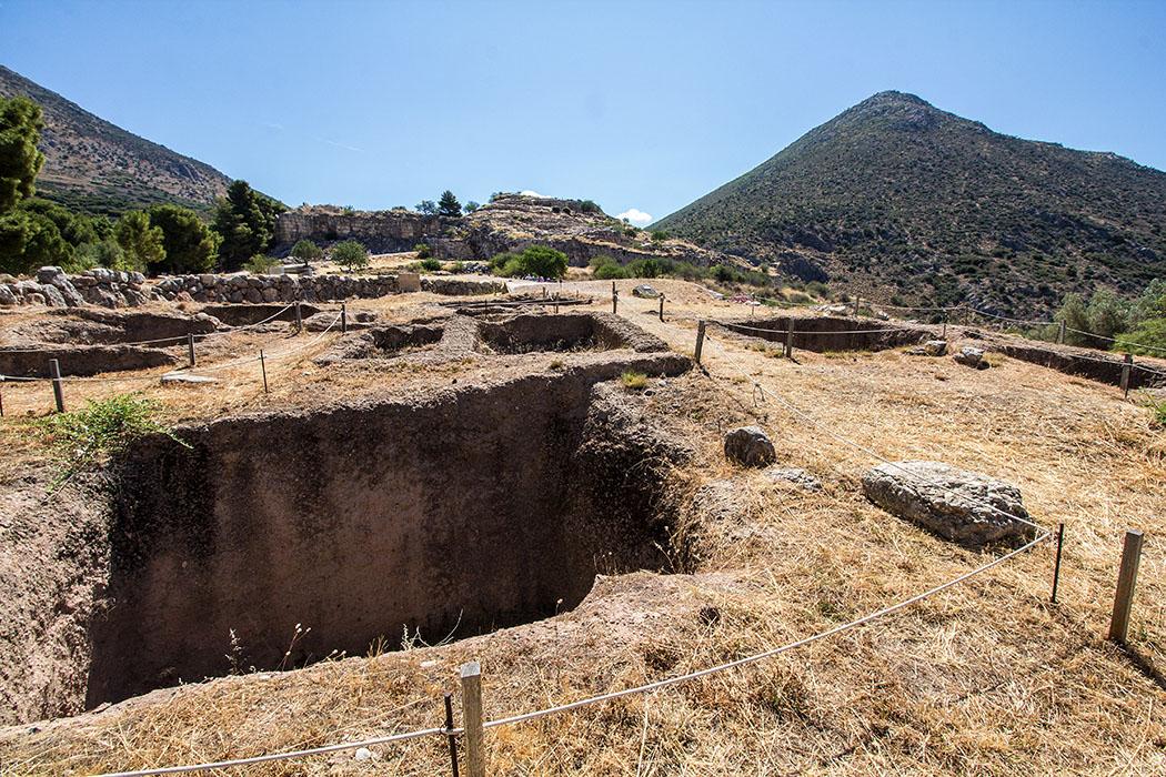 Mycenae argolis grave circle b peleoponnes greece Das Gräberrund B wurde im Zeitraum 1650 bis 1550 v. Chr. angelegt und ist das bislang älteste Gräberfeld von Mykene.