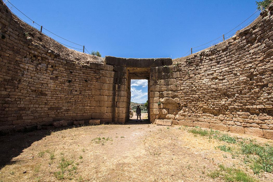 Das Löwengrab hat einen Durchmesser von etwa 14 Metern und ist aus unterschiedlich großen, meist flachen Steinen errichtet.