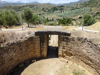 Der Torweg des Löwengrabes ist mit vier monumentalen Decksteinen abgedeckt, wobei in den inneren Deckstein die Rundung der Grabkuppel eingearbeitet wurde.