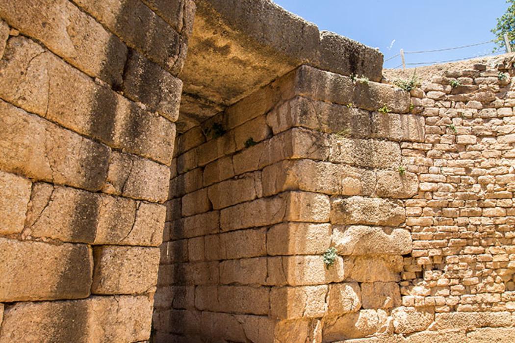 Der Eingang in das Löwengrab besteht aus akkurat behauenen Konglomeratquadern.