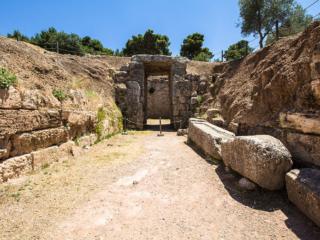 Der Dromos wurde von zwei Mauern aus großen Quadern flankiert und hat eine Länge von 22 Meter und eine Breite von 4,50 Meter. Er führt von der nördlichen Hangseite zum Tor.