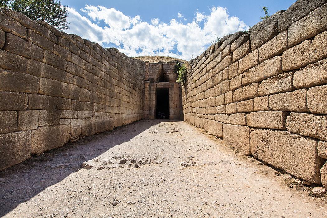 Man betritt das Grab des Atreus von Osten über einen monumentalen Dromos von fast 6 Metern Breite und 36 Metern Länge, dessen Seiten aus Konglomeratblöcken gemauert sind.