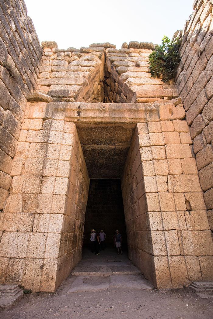 Es wurde früher von zwei Halbsäulen flankiert. Zu beiden Seiten kann man heute noch die dreistufigen, rechteckigen Säulenbasen und die Löcher, die der Befestigung der Säulen dienten, sehen.