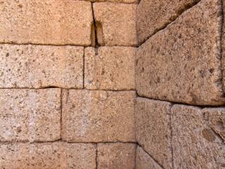 Die Säulenfundamente vor dem Eingang. In die Säulen und Kapitelle aus grünem Marmor waren Zickzacklinien und Spiralen geritzt.
