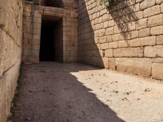 Das Eingangstor hat eine Höhe von 5,40 Meter und eine untere Breite von 2,70 Meter, die sich nach oben auf 2,45 Meter verjüngt.