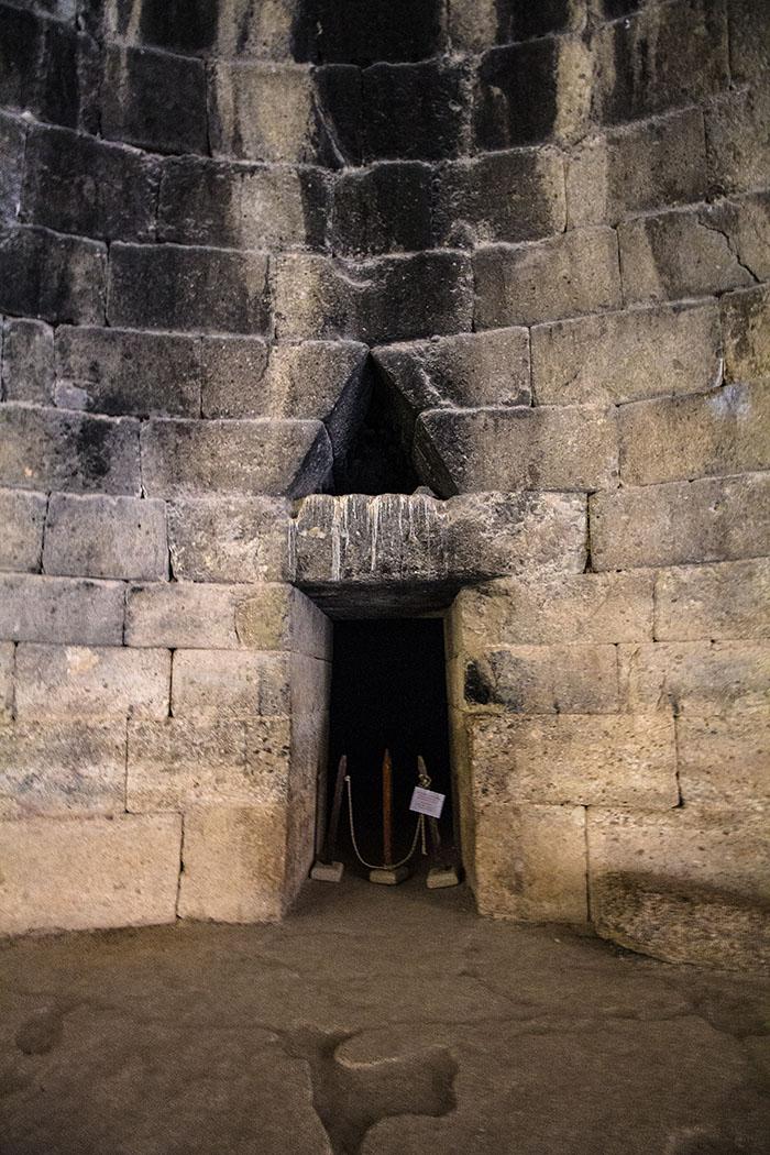 An der Nordseite des Atreus Grabes befindet sich ein Zugang, der zu einer weiteren Kammer führt. Dieser Nebenraum ist fast quadratisch (6 x 6 Meter) und hat eine Höhe von 5,80 Meter. Er wurde in den Fels gehauen und war mit einer Tür verschlossen, über dem Türbalken gibt es ein Entlastungsdreieck.