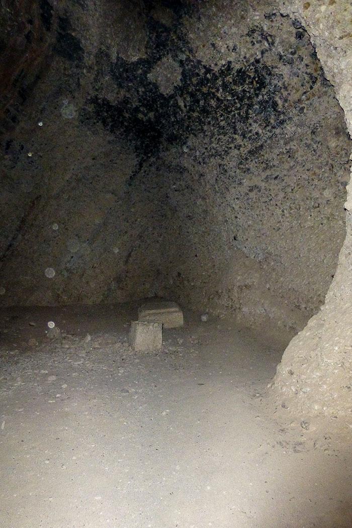 Die grobe Wand der Grabkammer war früher mit Steinplatten verkleidet.