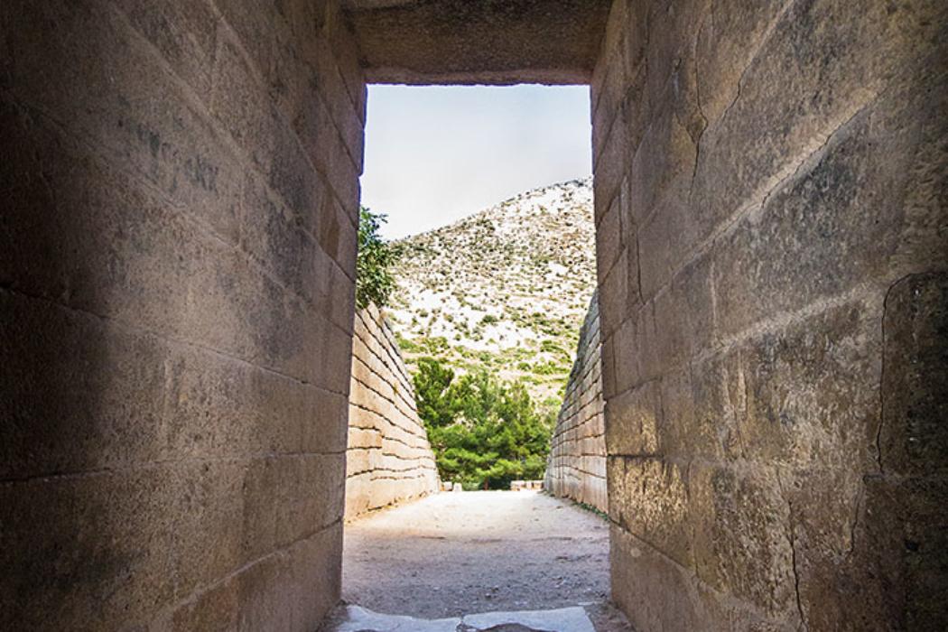 Das Tor wurde früher mit einer zweiflügeligen Tür verschlossen. Der etwa 5 Meter lange Torweg wird von zwei Deckbalken überdacht.