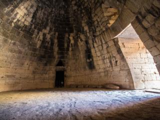 Das Kuppelgrab des Atreus hat eine Höhe von 13,50 Meter und einen Durchmesser von 14,60 Meter. Es wurde aus 33 Lagen waagerecht übereinander gemauerten Steinen ohne Verwendung von Mörtel in Form eines Bienenkorbs errichtet. Durch die Schichtung der Blöcke, die immer weiter nach innen versetzt werden, ergibt sich ein falsches Gewölbe.
