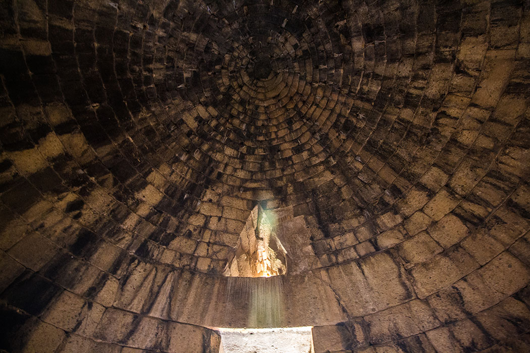 Der Türstürz hat kolossale Dimensionen: Mit seinen 9,5 Metern Breite, 5 Metern Tiefe und einem Gewicht von 120 Tonnen stabilisiert er das ganze Gewölbe.
