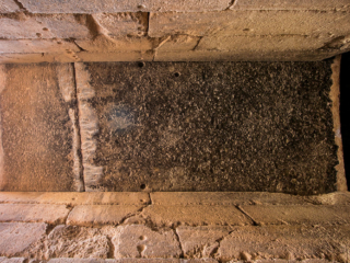Der Deckstein des Torweges wiegt etwa 120 Tonnen.