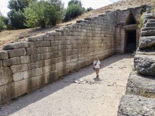 Der Größenvergleich mit Monika zeigt die Monumentalität der Grabanlage. Wer vergleichbares sehen möchte wird erst wieder in Ägypten fündig werden. Sicherlich wurden die mykenischen Baumeister auch von dort inspiriert.