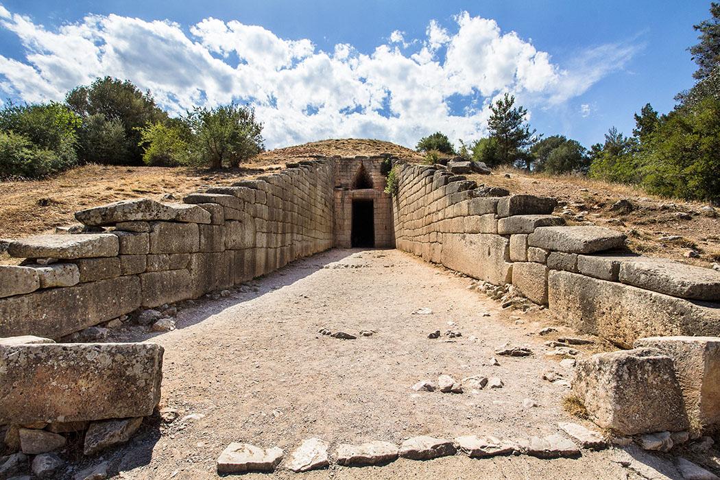 """Mycenae atreus grave argolis peloponnes greece Das """"Schatzhaus des Atreus"""" ist das berühmteste, größte und beeindruckendste Kuppelgrab von Mykene. Es wurde bewußt innerhalb des Stadtareals erbaut und ist icht nur ein Grab, sondern ein Mausoleum, für einen großen Herrscher und seine Familie. Durch seine exponierte Lage beherrsche es das Erscheinungsbild der Stadt."""