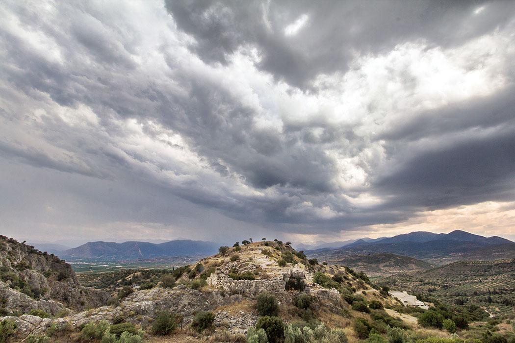 Mycenae castle north slope east annex north gate thunderstorm argolis peloponnes greece Dramatische Gewitterstimmung über dem Burgberg von Mykene. Die Panoramasicht zeigt links im Bild den Dromos vom Atreus-Grab und rechts das moderne Museumsgebäude.