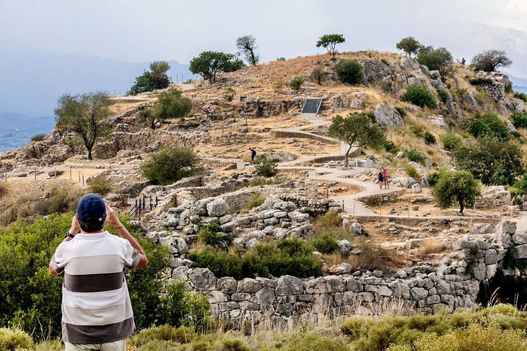 Mycenae castle north slope east annex well argolis peloponnes greece Mykene und der Ost-Annex - näher sind wir nicht an die Festung herangekommen. Deutlich sind auch die neu angelegten befestigten Wege im Burgareal erkennbar.