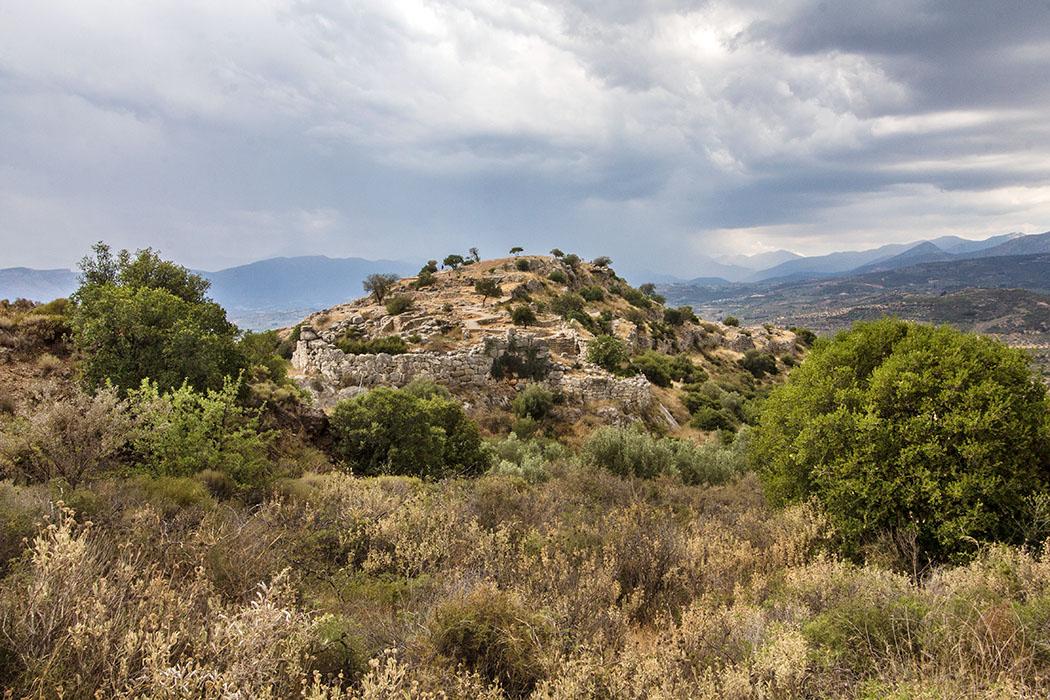 Deutlich zeichnet sich am Ostende der Festung von Mykene der runde Anbau aus dem 12. Jhd. v. Chr. ab.