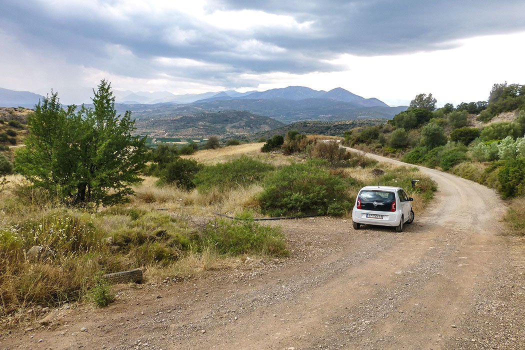 Zum Abschluß folgen wir der schmalen Straße an der Westflanke des Panagitsa-Hügels weiter und erreichen, in weitem Bogen, die Burg von Mykene. Am Ende des Teerweges stellen wir den Wagen ab.