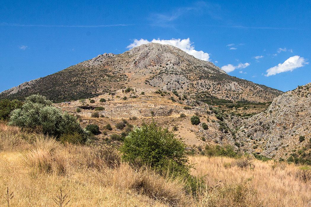Mycenae citadel argolis peloponnes greece Die Zitadelle von Mykene liegt auf einem etwa dreihundert Meter hohen Hügel. Dahinter liegt der Berg Agiolias, auch Profitis Ilias genannt. An der Südseite (rechts) wird die Anlage durch die Chavos-Schlucht vom Berg Zara getrennt.