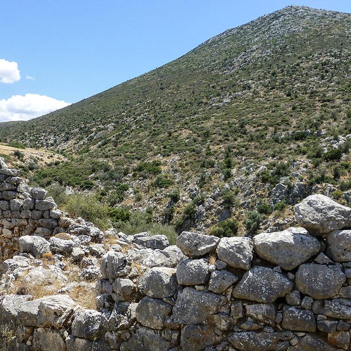 Der Ost-Annex wurde wenige Jahrzehnte vor der endgültigen Zerstörung Mykenes angelegt. Gut sichtbar ist die südliche Ausfallpforte durch die sieben Meter dicke Mauer.