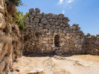 Die südliche Ausfallpforte im Ost-Annex führt an den Rand der Charos-Schlucht.