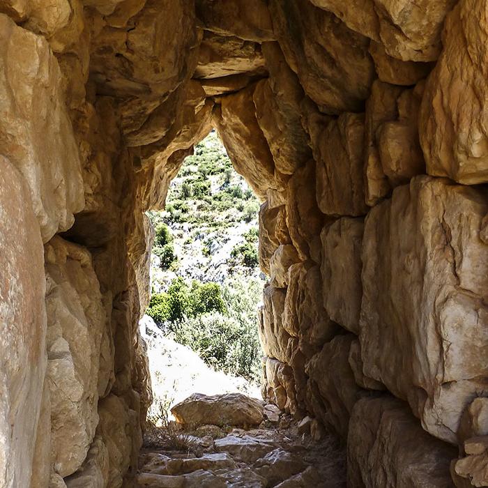 Blick durch einen einstigen Fluchtweg? Oder nutzten die mykenischen Krieger den urchgang um Feinden an der Burgmauer in den Rücken zu fallen?