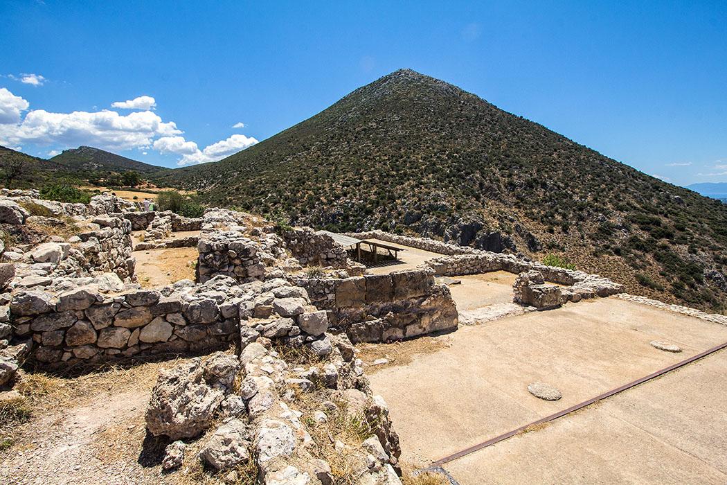 Mycenae citadel megaron argolis peloponnes greece Vom Megaron (Thronsaal) mit der runden Herdstelle ist für Besucher leider nichts zu sehen, da hier kein Zugang gewährt wird. Die beiden Säulenbasen gehörten zur Vorhalle (Aithusa), die sich zu einem Vorhof öffnete.