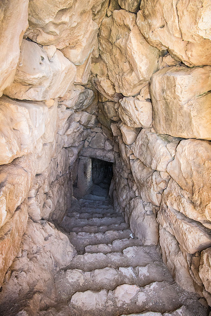 Ein gedeckter Gang führt zum unterirdischen Brunnen hinab.