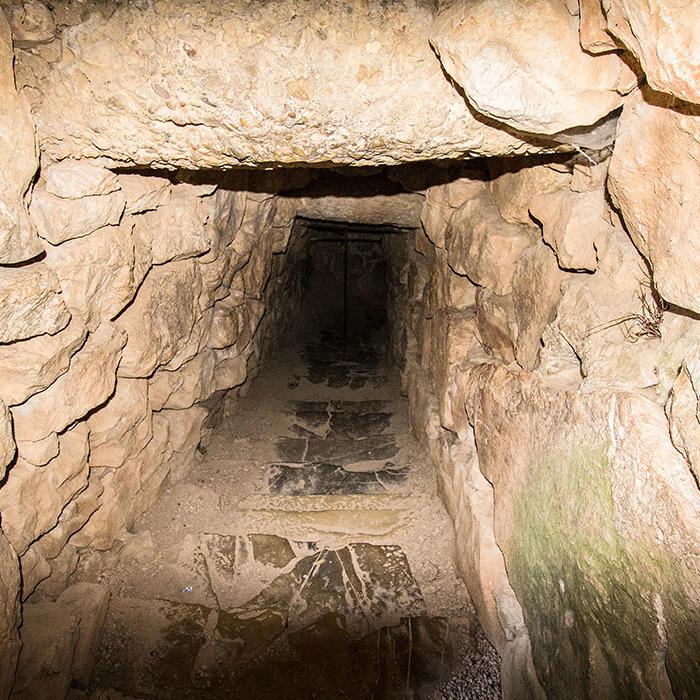 Ein uraltes Treppenhaus mit feuchten Stufen führt zur Quelle. Am Ende des Ganges wurde das Wasser durch Tonröhren von der Quelle bis zum Brunnen in der Burg herangeführt.