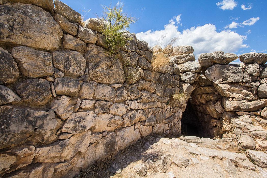 Mycenae citadel well fountain argolis peloponnes greece Der Eingang zum Brunnen beim Ost-Annex führt über Stufen zur Wasserstelle am Fuß der Burgmauern hinunter und ist im oberen Teil noch begehbar.