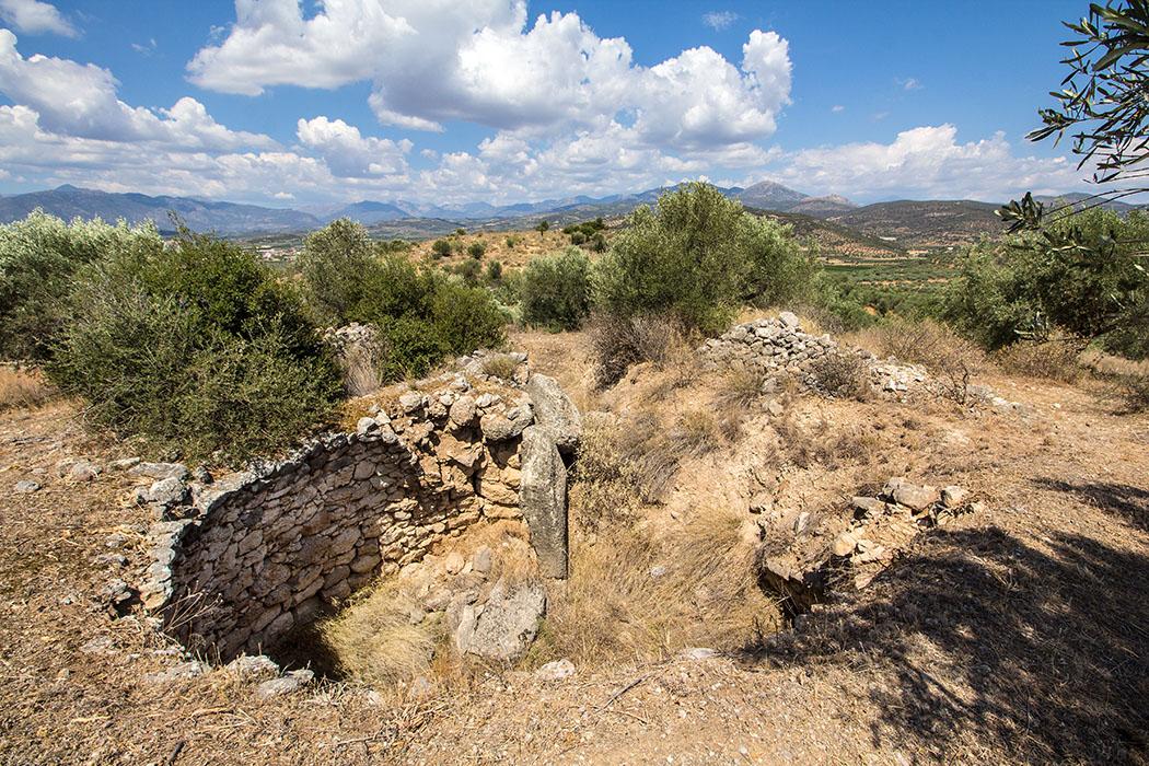 Das Kykloben-Grab liegt am westlichen Abhang des Panagitsa-Hügels und nur 60 Meter südlich des Grabes der Genien.