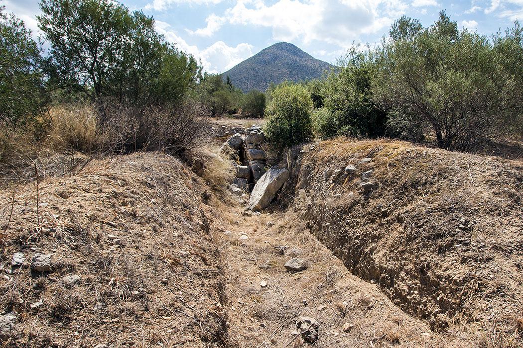 Das Kykloben-Grab ist in einem schlechten Zustand, die Decksteine sind herabgestürzt. Wir halten trotzdem inne, denn es ist das älteste aller neun Gräber um Mykene.