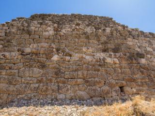 Das ist der am besten erhalten gebliebene Abschnitt mit Polygonalmauerwerk von Mykene.